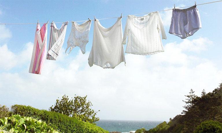 Nên phơi quần áo dưới ánh nắng mặt trời để ức chế sự sinh sôi của ký sinh trùng cái ghẻ