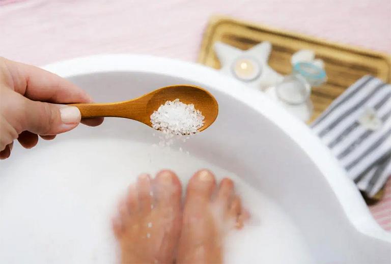 Giảm ngứa ngáy do bệnh ghẻ gây ra nhờ ngâm tay chân với nước muối loãng ấm