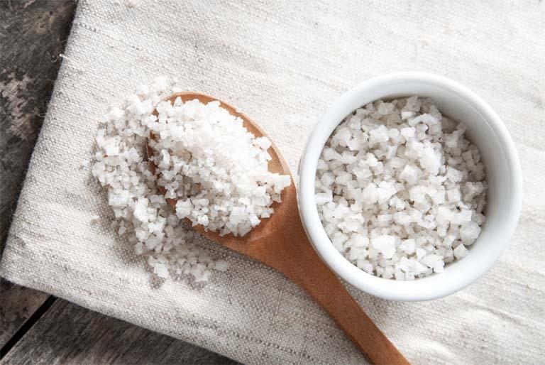 Chỉ nên sử dụng muối tinh sạch, không pha lẫn tạp chất hay chất phụ gia để trị bệnh ghẻ