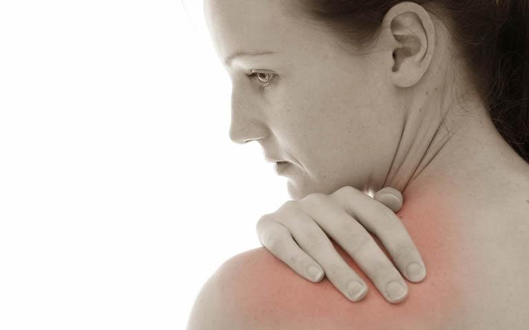 Viêm dây thần kinh phế quản khiến người bệnh có cảm giác đau đớn ở vai