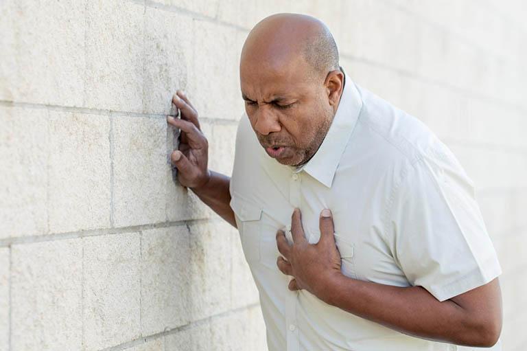 Đến bệnh viện ngay nếu nghi ngờ đau bả vai trái, phải lan xuống cánh tay do mắc bệnh tim mạch