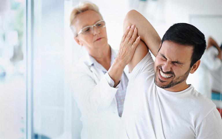 Chủ động thăm khám khi cơn đau vai càng tăng cao theo từng ngày hoặc cơn đau xuất hiện trên diện rộng