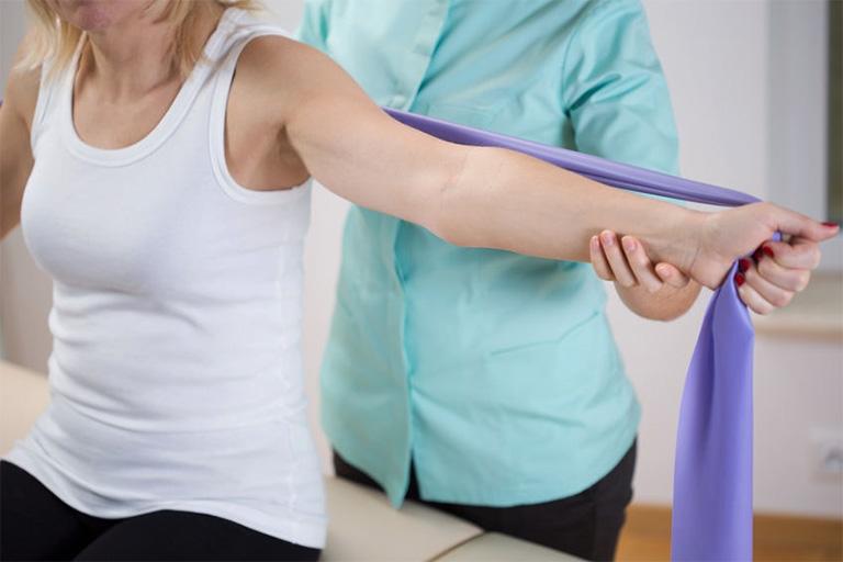 Vật lý trị liệu là phương pháp điều trị giúp làm giảm cơn đau vai nhanh chóng và an toàn