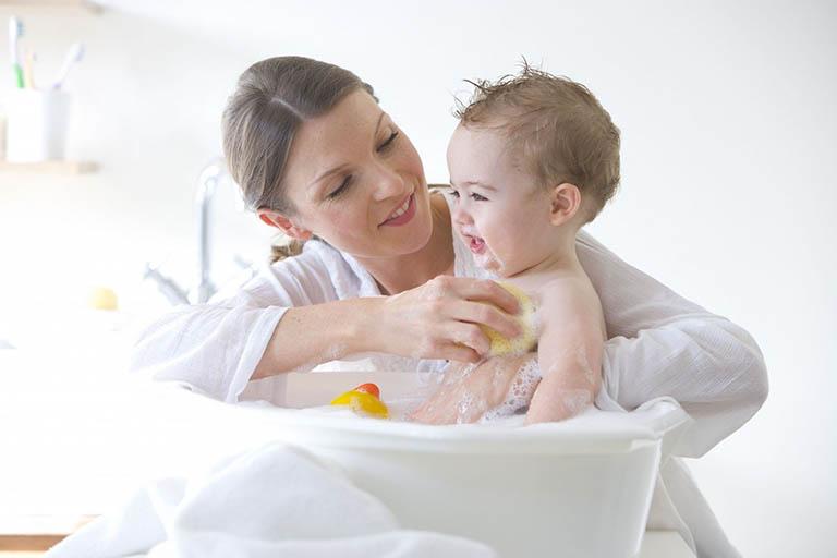 Không vệ sinh da cho trẻ bằng những loại xà phòng có tính tẩy rửa mạnh