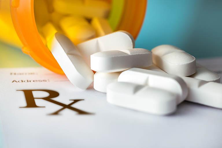 Sử dụng thuốc điều trị hẹp khe khớp háng