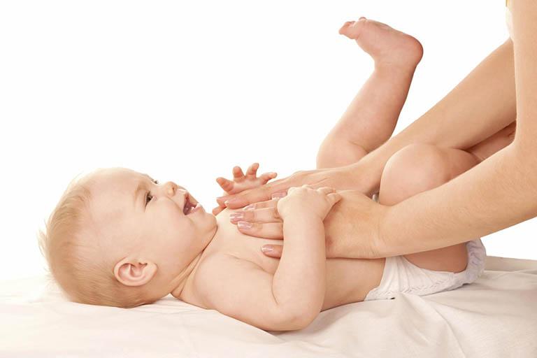 Massage và xoa bụng cho bé theo chiều kim đồng hồ