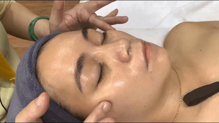 Vật lý trị liệu liệt cơ mặt được thực hiện như thế nào?