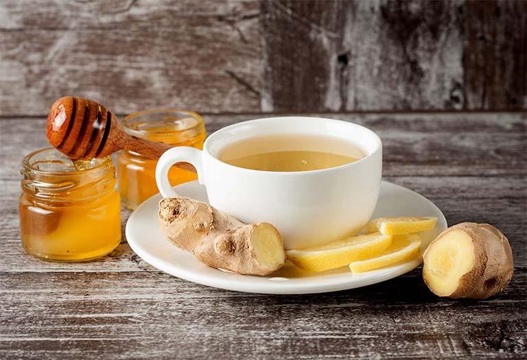 Trà gừng mật ong sẽ giúp làm dịu các triệu chứng đau rát cổ họng khó chịu do bệnh viêm amidan mãn tính gây ra