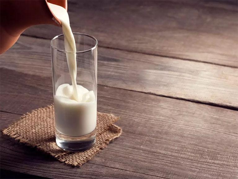 Sữa nóng vừa có tác dụng bổ sung các dưỡng chất thiết yếu vừa giúp làm giảm tình trạng đau dạ dày tức thời