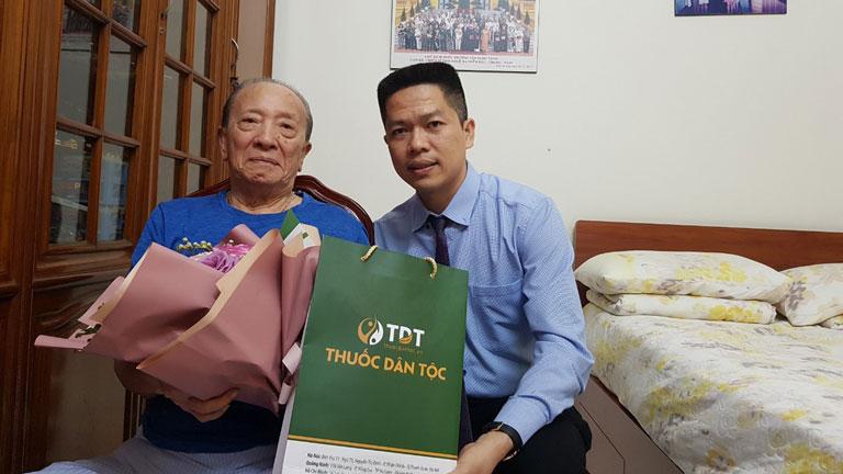 Giám đốc Trung tâm Thuốc dân tộc, phó ban dược Hội Nam y Việt Nam - Ông Nguyễn Quang Hưng đến thăm GS Tài Thu nhân ngày Nhà giáo Việt Nam