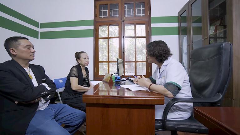 Bác sĩ Tuyết Lan thăm khám cho hai NS