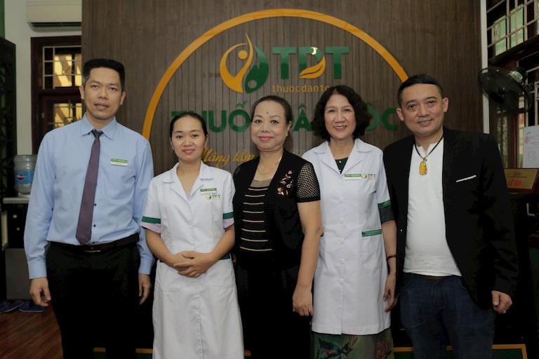 Hai NS chụp ảnh cùng anh Nguyễn Quang Hưng và bác sĩ Tuyết Lan cùng nhân viên y tế của Trung tâm