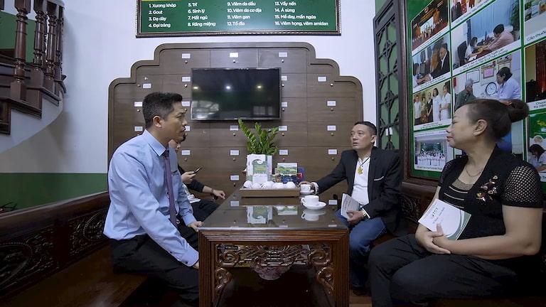 NS Chiến Thắng và NS Thu Hà đang chia sẻ với anh Nguyễn Quang Hưng - Giám đốc Trung tâm Thuốc dân tộc