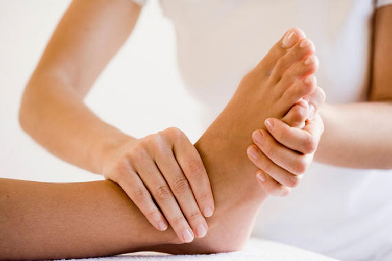 massage chữa tê chân tay
