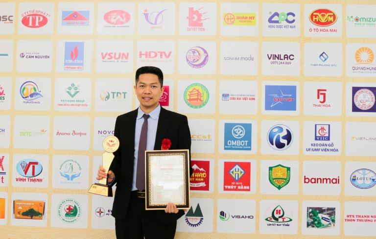 Ông Nguyễn Quang Hưng đại diện Trung tâm Thuốc dân tộc nhận giải thưởng cao quý