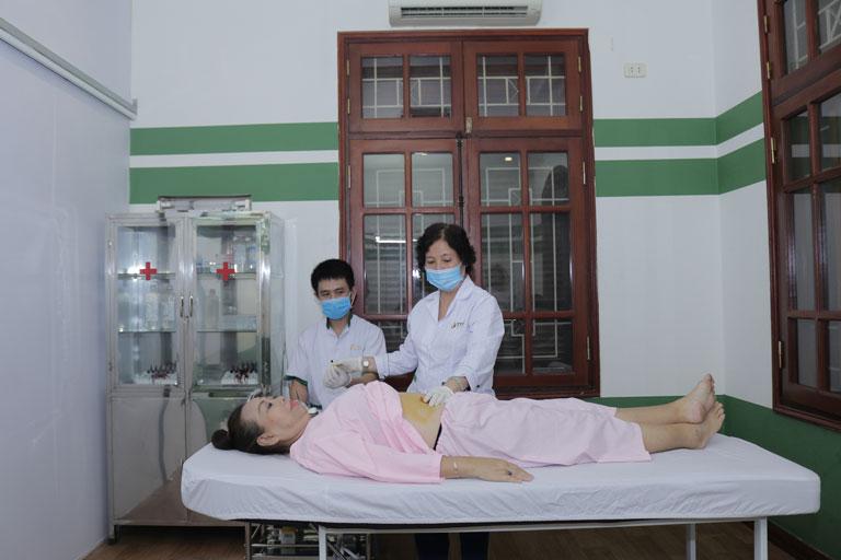 NS Thu Hà được BS Hồng Phương thực hiện cấy chỉ điều trị dạ dày