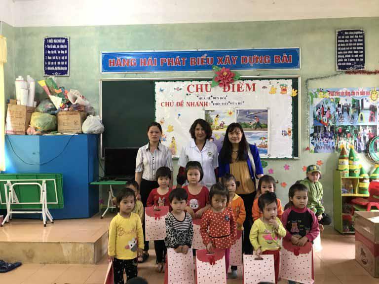 Bác sĩ Tuyết Lan trao quà cho các em học sinh trường mầm non Tân Hòa - Lạng Sơn