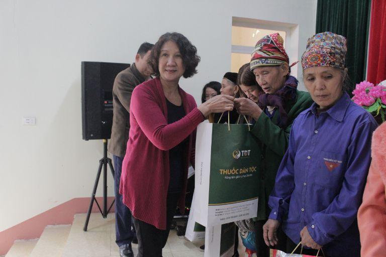 Bác sĩ Tuyết Lan tận tay trao quà cho người dân