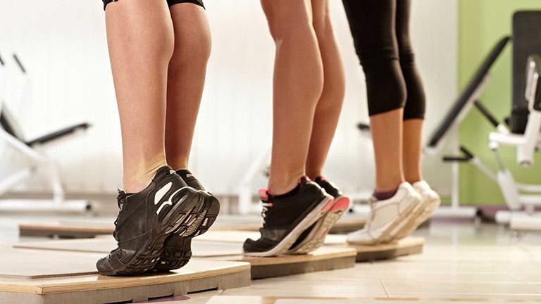 Vật lý trị liệu chân vòng kiềng cho người lớn tại nhà