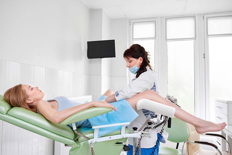 Thăm khám phụ khoa định kỳ sẽ giúp chị em sớm phát hiện những biểu hiện bất thường có nguy cơ gây bệnh phụ khoa và ung thư cổ tử cung