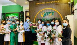 Ông Nguyễn Quang Hưng thay mặt Ban Lãnh Đạo công ty tặng hoa đội ngũ nữ y bác sĩ, nhân viên Trung tâm