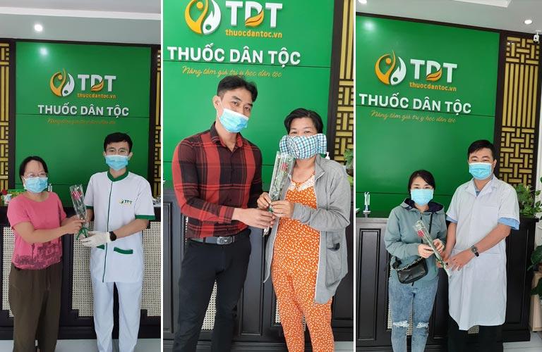 Đội ngũ bác sĩ Thuốc dân tộc tặng quà bệnh nhân thăm khám ngày 8-3