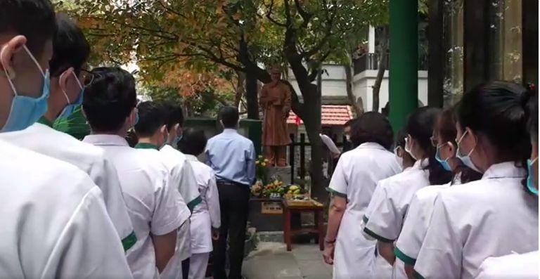 Các bác sĩ, cán bộ Trung tâm Thuốc dân tộc thành kính kỷ niệm ngày giỗ Hải Thượng Lãn Ông