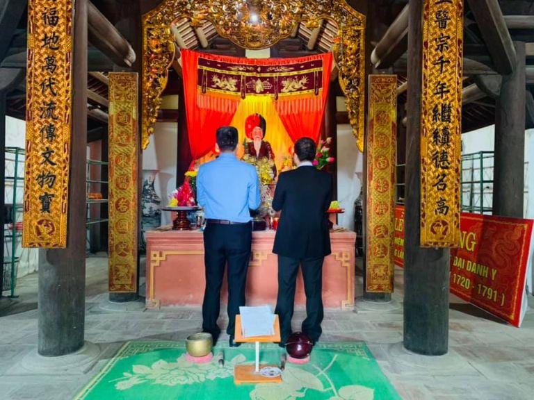Ban lãnh đạo đơn vị dâng hương tưởng nhớ Hải Thượng Lãn Ông tại đền thờ chính thức