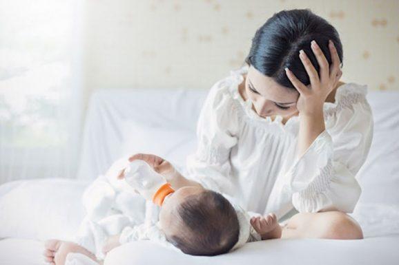 Mẹ bị nổi mề đay có nên cho con bú không?