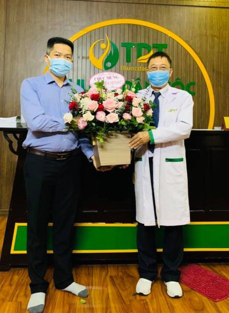 Ông Nguyễn Quang Hưng tặng hoa và quà cho các bác sĩ Trung tâm