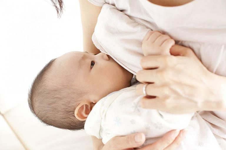 cách chữa trị ho sổ mũi cho trẻ sơ sinh