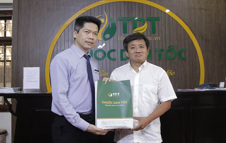 Lãnh đạo Trung tâm Thuốc dân tộc trao tặng thuốc cho ông Đoàn Ngọc Hải