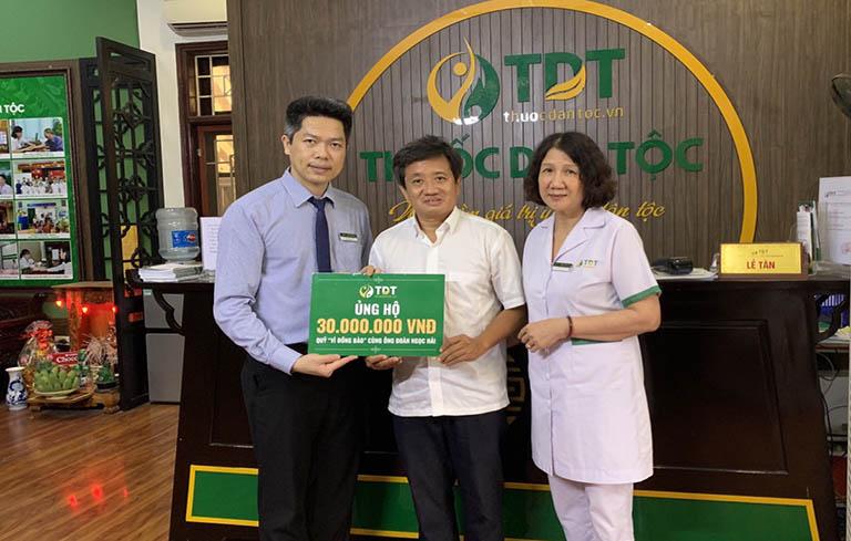Đại diện Trung tâm Thuốc dân tộc trao 30.000.000 đồng ủng hộ quỹ Vì đồng bào
