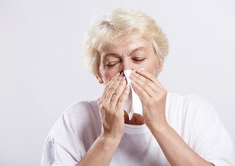Bệnh viêm xoang cấp tính thường diễn biến trong 4 tuần, kèm theo đó là triệu chứng chảy nhiều dịch mũi, nghẹt mũi, hắt hơi,...