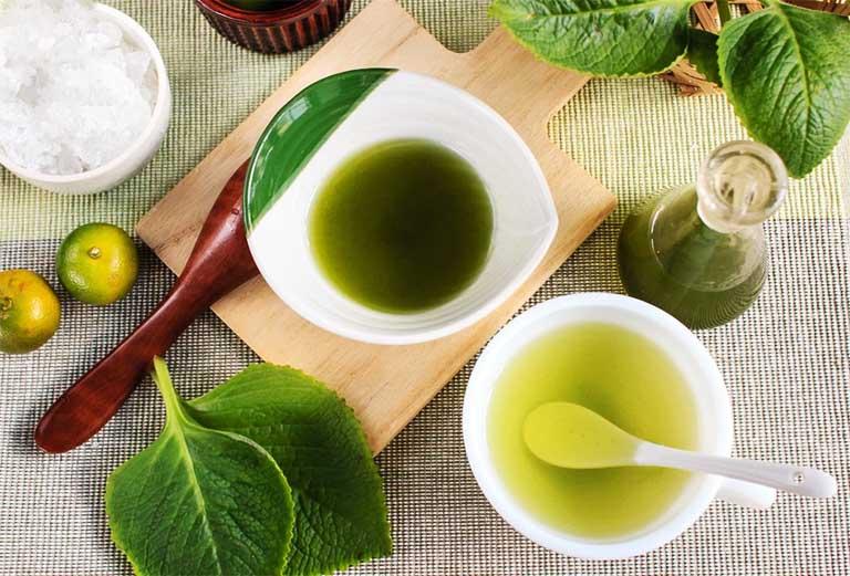 Cha mẹ có thể nấu siro trị ho cho trẻ nhỏ bằng lá húng chanh kết hợp quất xanh, rau diếp cá, lá hẹ,... tại nhà