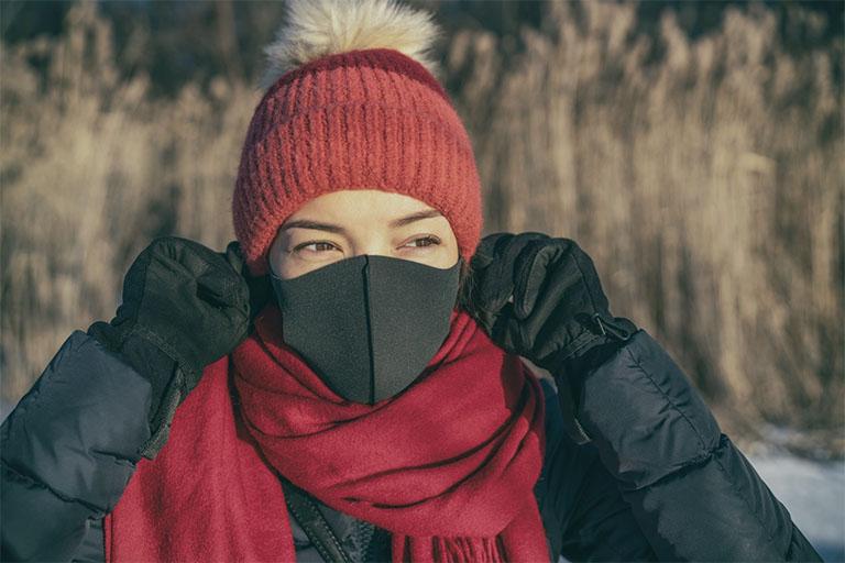 Bảo vệ xoang mũi bằng cách đeo khẩu trang khi đi ra ngoài và giữ ấm cho cơ thể vào những ngày giá rét hay thời tiết thay đổi đột ngột