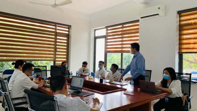 Đại diện lãnh đạo hai đơn vị trao đổi định hướng phát triển Trung tâm YHCT Thuốc dân tộc tại Bệnh viện Favina