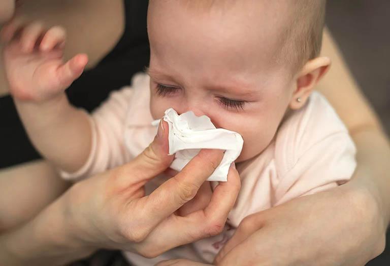 Trẻ bị hắt hơi sổ mũi là bệnh cảm cúm