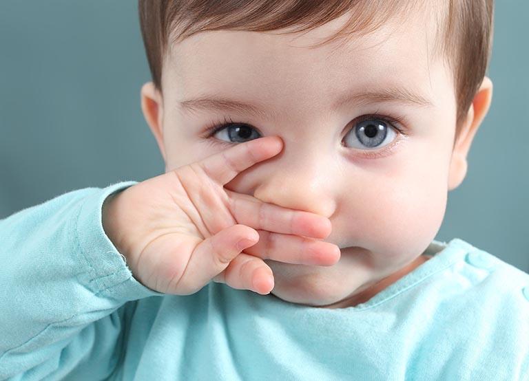 Trẻ bị hắt hơi sổ mũi là bệnh viêm mũi