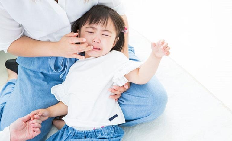 Bé 2 tuổi bị sâu răng có thể gây ra nhiều triệu chứng ảnh hưởng tới sức khỏe