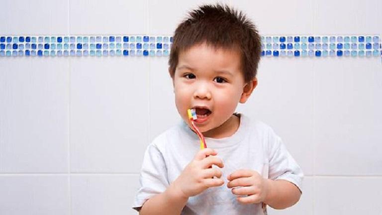 Mỗi ngày bạn cần đảm bảo vệ sinh răng miệng cho bé đều đặt 2 lần