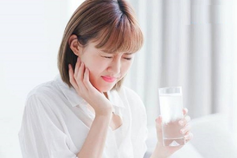 Đau răng khi uống nước lạnh do việc vệ sinh răng miệng sai cách