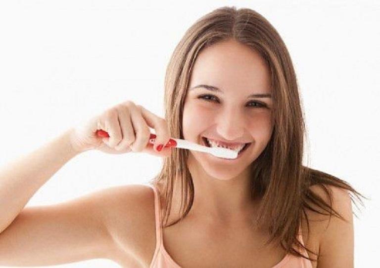 Bạn cần sử dụng bàn chải lông mềm đánh răng cẩn thận, nhẹ nhàng