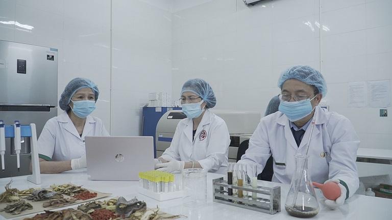 Đội ngũ nghiên cứu đang trong phòng thí nghiệm xác định hàm lượng dược tính đặc trị bệnh dạ dày trong bài thuốc