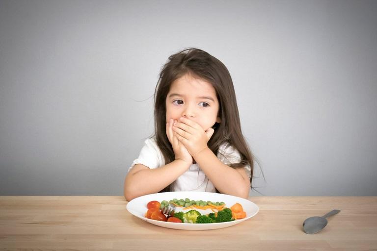 Trẻ em sâu răng sẽ cảm thấy khó ăn uống, ê buốt