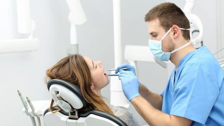 Bác sĩ cần kiểm tra tình trạng răng miệng của bạn trước khi lắp niềng răng
